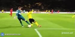 Enlace a GIF: Mignolet disfrazado de Neuer, manda a Aubameyang directo a Gabón