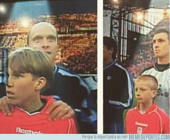 834051 - Marco Reus y Kevin Großkreutz acompañaron a los jugadores del Liverpool en el 2001 contra el Alavés