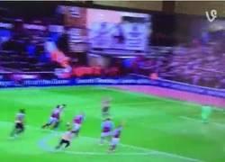 Enlace a GIF: Gol de Özil que adelanta al Arsenal
