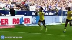 Enlace a GIF: El derbi del Ruhr terminó empatado (2-2). Atentos al golazo de Kagawa