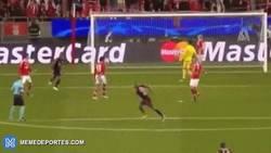 Enlace a GIF: Gol de Vidal tras error defensivo para calmar el susto ante el Benfica