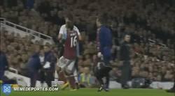 Enlace a GIF: ¡Ander Herrera se lesiona y el rival lo saca a la fuerza!