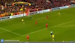 Enlace a GIF: Goooooooooooooooool de Reus que pone el 1-3 en Anfield