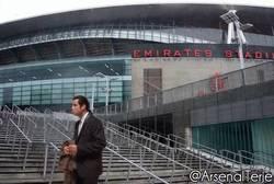 Enlace a GIF: Los fans del Arsenal buscando las copas de esta temporada