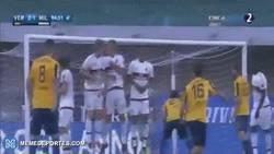 Enlace a GIF: Así fue el golazo de Siligardi de tiro libre en el último minuto ante el AC Milan