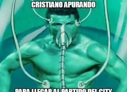 Enlace a Cristiano apurando para llegar al partido del City