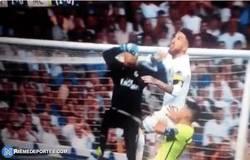 Enlace a GIF: ¡Polémica! Mano de Ramos en el despeje en los últimos minutos del Real Madrid - City