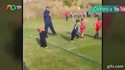 Enlace a GIF: Tu hermano pequeño siempre será más importante que un partido de fútbol