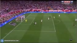 Enlace a GIF: Gooool de Jordi Alba que adelanta al Barça en la final