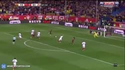 Enlace a GIF: Goooool de Neymar tras una asistencia brutal de Messi