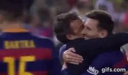 Enlace a GIF: Menudo cambio en la relación Luis Enrique-Messi, el abrazo más emotivo de la final de Copa