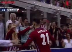 Enlace a GIF: El sensual morreo en la celebración del gol de Carrasco