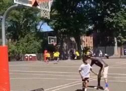 Enlace a GIF: Un tío trolleando a un chaval con el balón