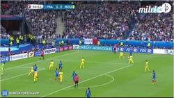 Enlace a GIF: Gol de Giroud con falta al portero pero que aumenta en el marcador