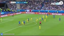 Enlace a GIF: BOOOOOOOM. Golaaaaaazo de Payet por toda la escuadra. El 2-1 para Francia