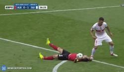Enlace a GIF: La expulsión de Cana que se postula como el mejor portero de la Eurocopa