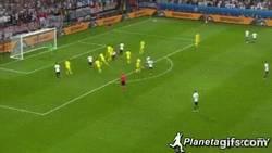 Enlace a GIF: Gol de Mustafi tras buen centro de Kroos ante Ucrania