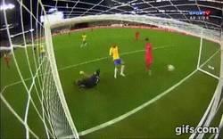 Enlace a GIF: La clara mano de Ruidíaz que el árbitro valida como gol y echa a Brasil de la Copa América