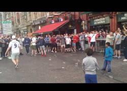 Enlace a Hooligans ingleses se burlan de niños mendigos de esta despreciable forma