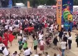 Enlace a GIF: TREMENDO - Gol de Inglaterra y vuelan las cervezas en la fan zone de los ingleses