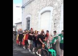 Enlace a Hermoso gesto de hinchas belgas con una niña irlandesa en silla de ruedas