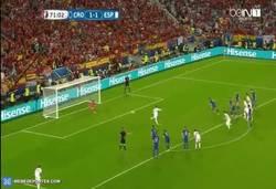 Enlace a GIF: ¡POLÉMICA! Ramos falla el penalti pero el portero se adelanta cincuenta metros