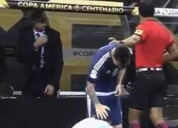 Enlace a GIF: Espontáneo salta al campo y adora a Messi de esta manera
