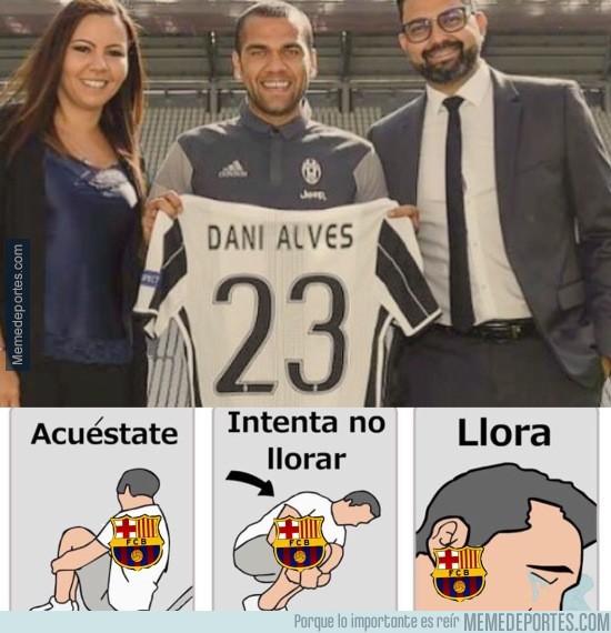 883654 - Aficionados del Barcelona al ver a Dani Alves con la camiseta de la Juve