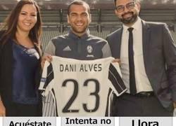 Enlace a Aficionados del Barcelona al ver a Dani Alves con la camiseta de la Juve