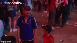 Enlace a GIF: Niño portugués consolando aficionado francés tras la derrota de su equipo