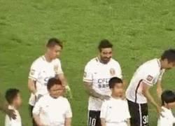Enlace a GIF: Lavezzi anda por China troleando a todos los niños que puede