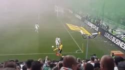 Enlace a GIF: Cuando el juez de línea da toques al balón mejor que muchos futbolistas en su presentación