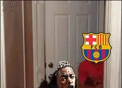 Enlace a GIF: Mientras tanto, el Barcelona y Alex Song