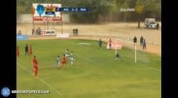 Enlace a GIF: Intento fallido del penalti que realizaron Messi y Suárez frente al Celta en el fútbol peruano