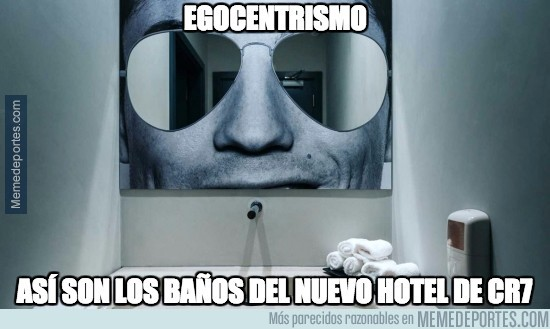892339 - Así son los espejos en los baños del Hotel de Cristiano