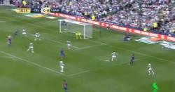 Enlace a GIF: Brutal el primer gol del Barça en esta pretemporada. Caño de Aleix Vidal y... ¡GOLAZO DE ARDA!