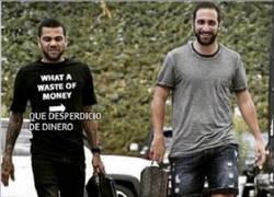 Enlace a Dani Alves se burla de Higuaín con su camiseta