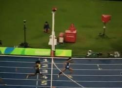 Enlace a GIF: INCREÍBLE, en la final de 400m. femenino, Shauane Miller de Bahamas