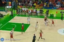 Enlace a GIF: España femenina se clasifica con esta canasta en el último segundo. ¡¡De infarto!!