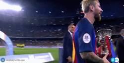 Enlace a GIF: Messi levantando su titulo número 29 y por primera vez como capitán