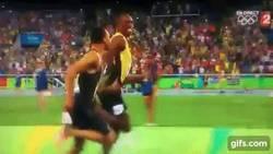 Enlace a GIF: Quédate con la persona que te mire como se miran Usain Bolt y Andre De Grasse