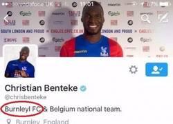 Enlace a Benteke ficha por el Crystal Palace y pone Burnley en su Twitter