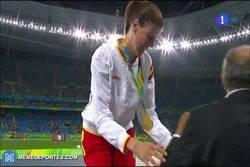 Enlace a GIF: Así recogía Ruth Beitia la medalla de oro, historia del atletismo español