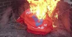Enlace a GIF: Un aficionado del Valencia quema la camiseta de Alcácer por irse al Barça