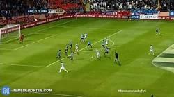 Enlace a GIF: El Gol de Messi a Uruguay rodeado de todo el mundo, se la desvían y para dentro