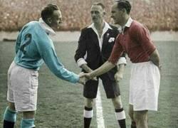 Enlace a Derby de Manchester 1970. Atención al árbitro, parece llegado de una despedida de soltero