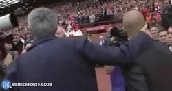 Enlace a GIF: El saludo entre Pep y José antes del inicio del Derbi de Manchester