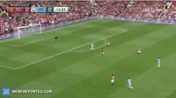 Enlace a GIF: Gol de De Bruyne con claro fallo del United en defensa que adelanta al City