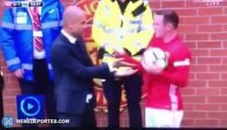 Enlace a GIF: Guardiola le esconde el balón a Rooney para que no saque rápido