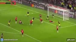 Enlace a GIF: A punta de rebotes, Saúl se saca un bombazo para marcar el primero del Atlético ante PSV